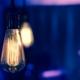 Glühbirne hängt von der Decke