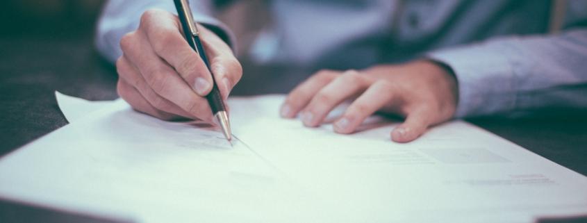 Vertrag, der unterschrieben wird